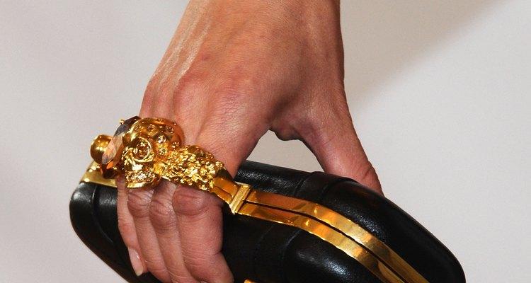 Detalle de un bolso con broche de calavera diseñada por McQueen