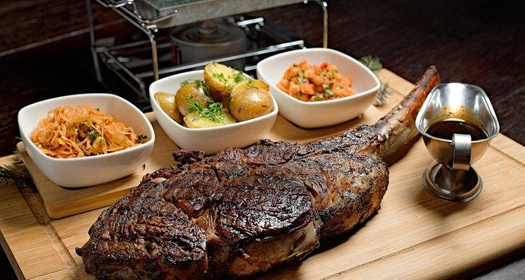 Steak rib-eye garnisheda with vegetables