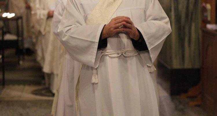 Um cíngulo é usado por sacerdotes ordenados em muitas comunidades cristãs