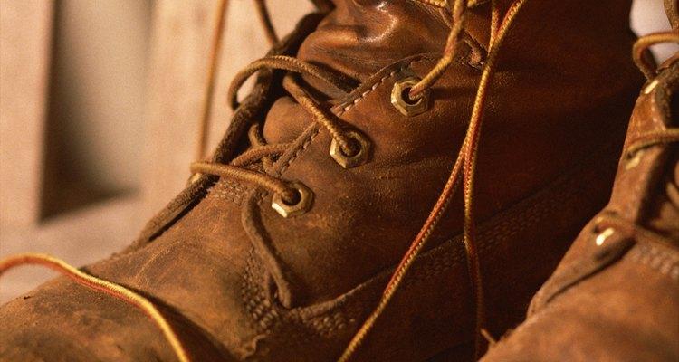 Puedes limpiar las botas Timberland después de algunos años de uso con varios productos simples.