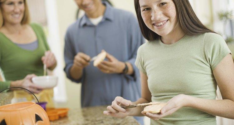 Desafía a tus invitadas adolescentes a un concurso para hornear galletas.