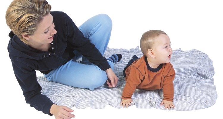 Marchar alrededor de la casa tomado de tus dedos es una actividad llena de diversión para niños que gatean.