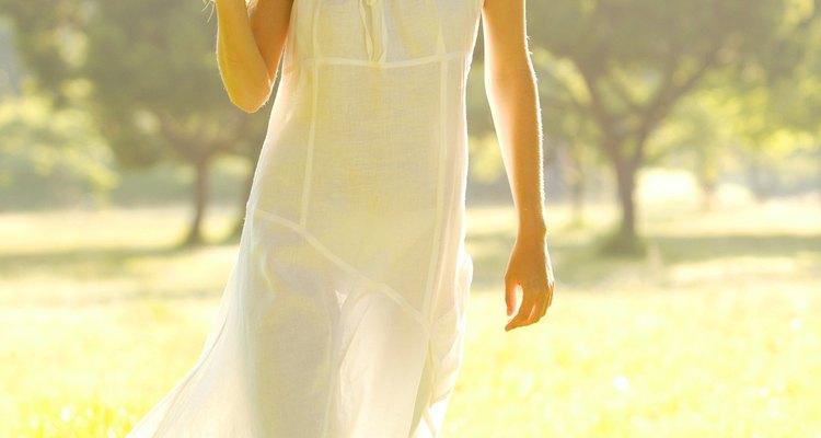 Utiliza un vaporizador de prendas para eliminar las arrugas de un vestido rápidamente.