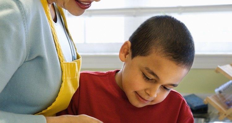 Aunque la preparación de las manzanas para la congelación es bastante simple para un niño, se requiere la supervisión de un adulto.