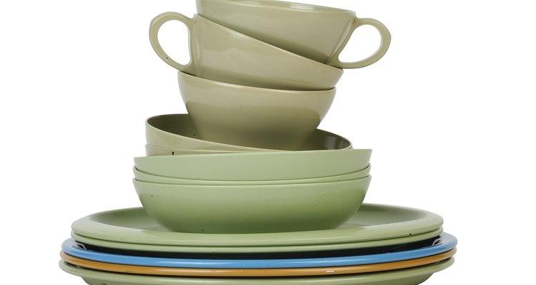 A melamina é normalmente usada para fazer pratos, copos e tigelas resistentes