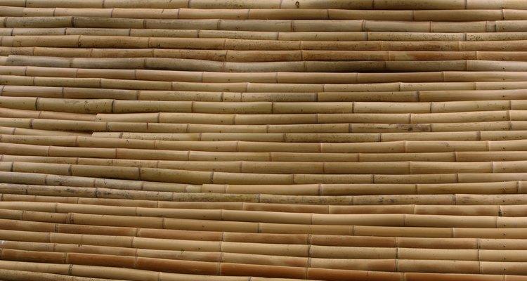 O bambu seco precisa de calor para ser dobrado