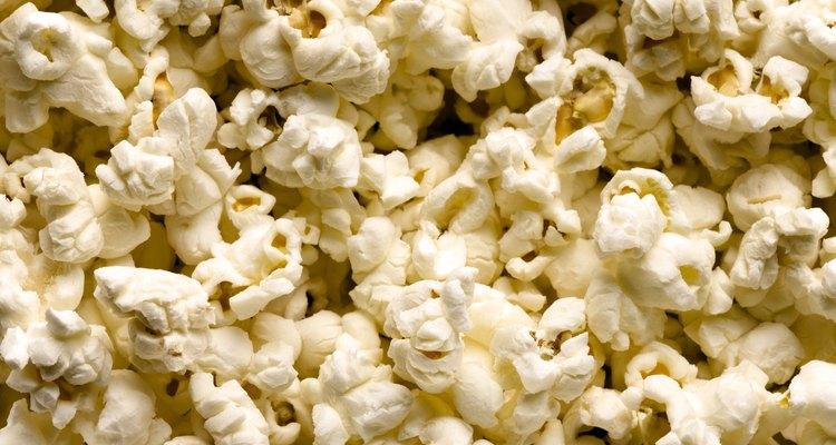 Las palomitas de maíz contienen carbohidratos y son una buena fuente de granos enteros.