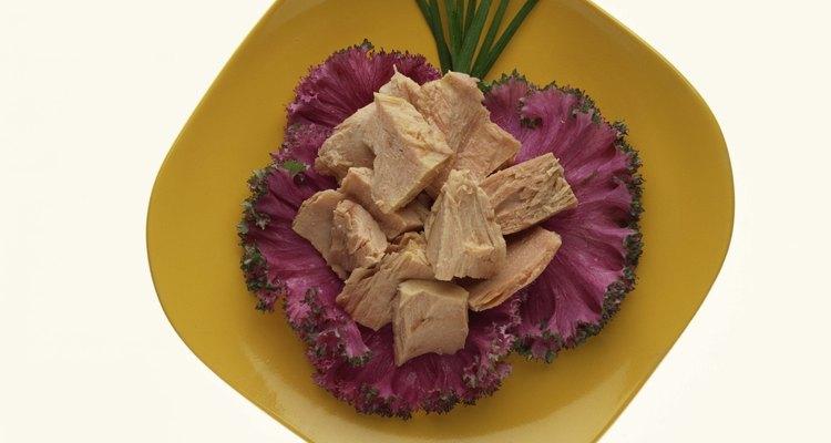 Depois de ter enxaguado uma lata de atum, você pode prepará-lo de várias formas