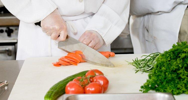 Los chefs usan cuchillos para manipular la forma de los ingredientes.