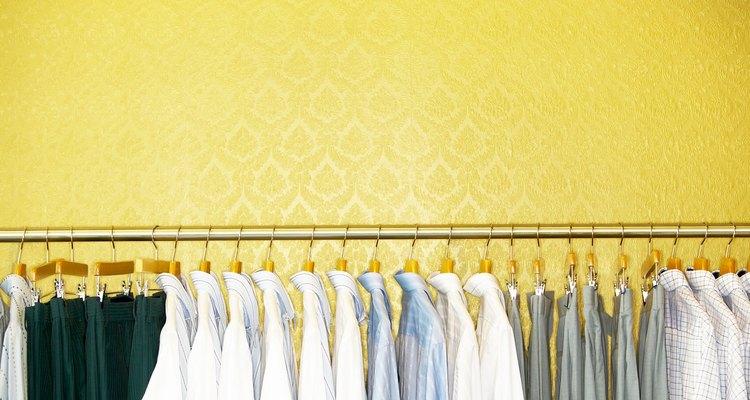 Haz que el color del saco combine con el bordado de tu camisa.