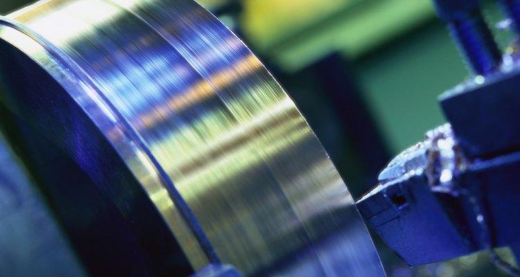 Si necesitas cortar material que es cilíndrico, podrías optar por un torno.