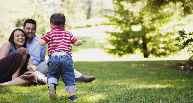 Lleva a tu niño pequeño a jugar.
