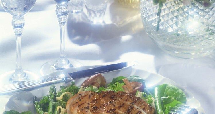 Hay muchas maneras sabrosas de preparar el pollo para las ensaladas.