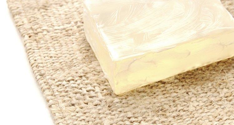 A confecção de sabonetes de glicerina é um dos usos da glicerina vegetal