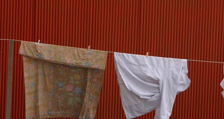 Expor as roupas ao sol, vento e chuva laceia o tecido naturalmente
