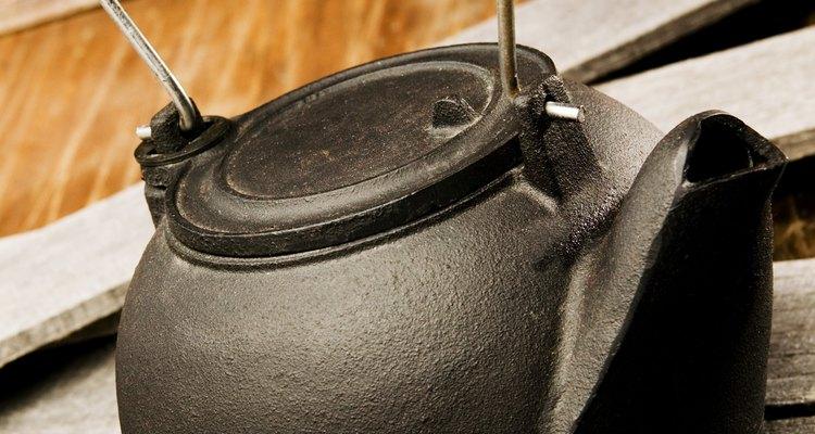 Una tetera evita que las energéticas moléculas de agua escapen, así que la presión de vapor incrementa con mayor rapidez.