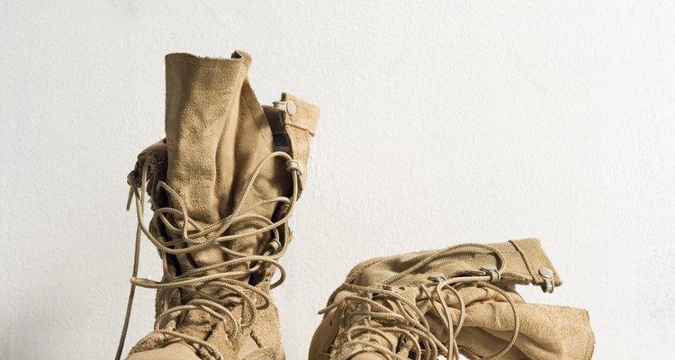 Impeça que botas de couro ressequem tratando-as com óleo de mocotó