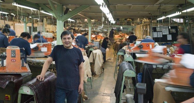 Operários em uma empresa de costura