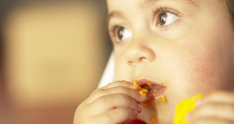 Comer con los dedos es atractivo para los niños pequeños.