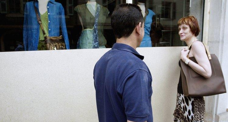 Casal olhando uma vitrine em Genebra na Suíça