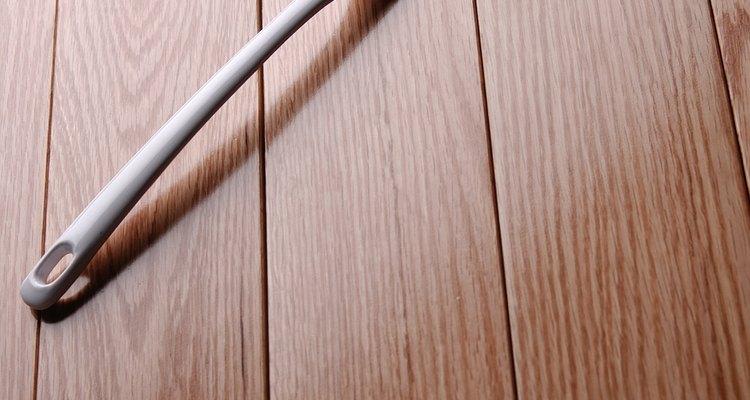 Uma espátula de madeira remove o poliéster derretido sem arranhar o ferro