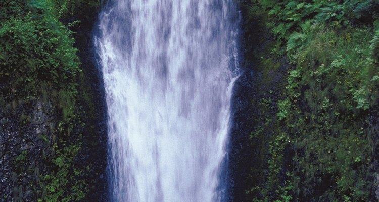 El estado de Washington tiene muchos senderos que corren junto a cascadas.