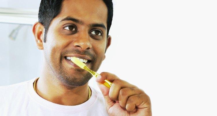 El polvo de carbón es uno de los mejores productos para cepillarse los dientes.