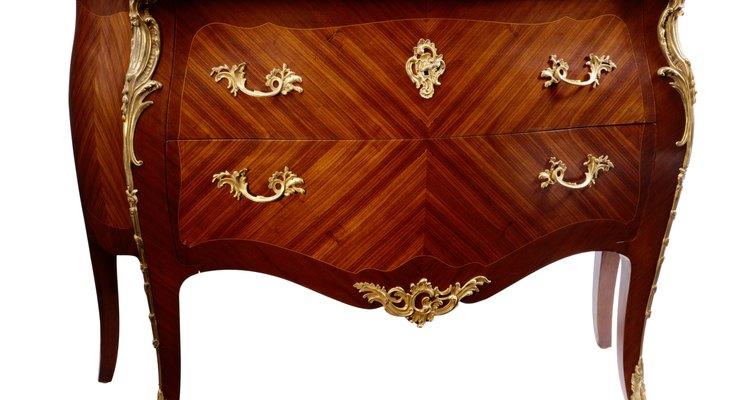 Cada estilo de mueble antiguo tiene sus características que se prestan a la identificación.