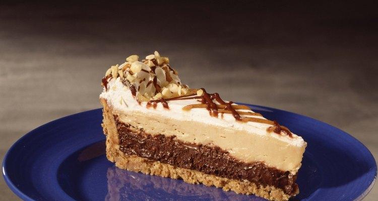 La corteza de galleta complementa la mantequilla de maní y el pastel de chocolate.