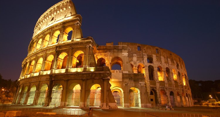 Muitos gladiadores eram escravos ou prisioneiros de guerra, mas alguns lutadores de carreira foram treinados para lutar no Coliseu.
