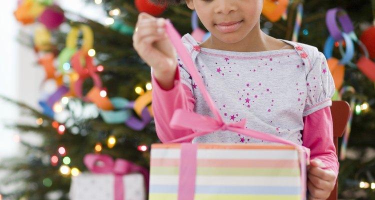 Convierte un intercambio de regalos en algo divertido y con juegos para los niños.