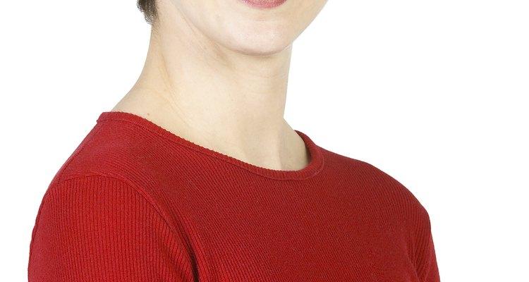 Mulheres com cabelos curtos devem tomar cuidado ao aparar as costeletas