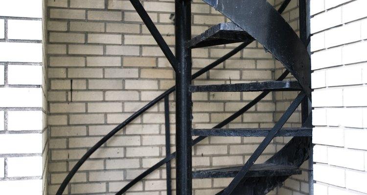 Puede ser difícil hacer una escalera en espiral segura para los niños.