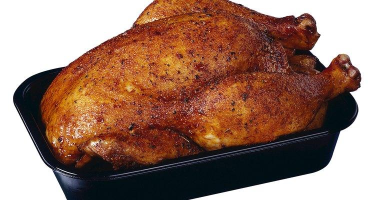 Los pollos asados comprados en el supermercado se benefician de los condimentos que les pongas en casa.