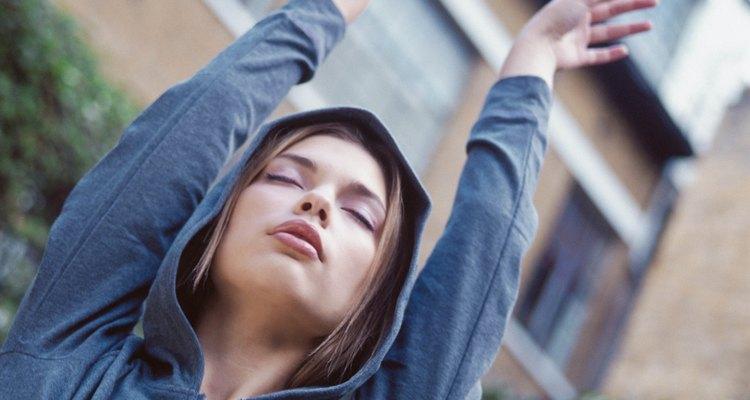 Faça buracos para o polegares e evite que a manga do moletom suba enquanto se exercita