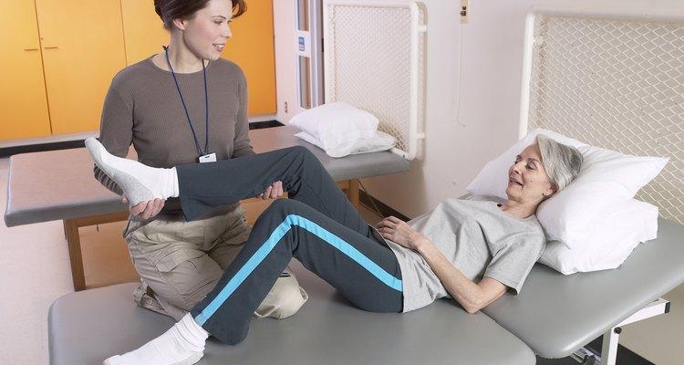Los fisioterapeutas ayudan a los pacientes a recuperar la movilidad y acelerar el retorno de una vida normal.