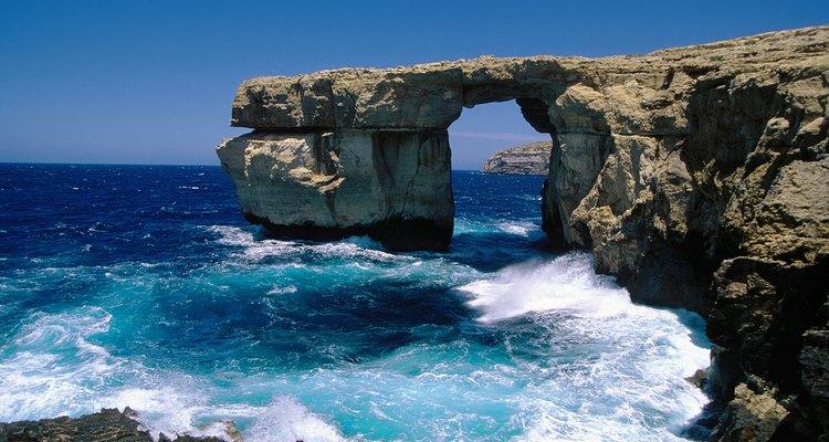 Un simbólico arco formado en las rocas por la naturaleza.