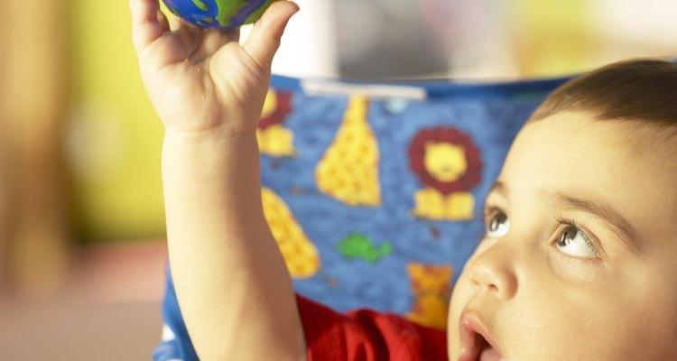 Este niño pequeño está aprendiendo a través del juego.