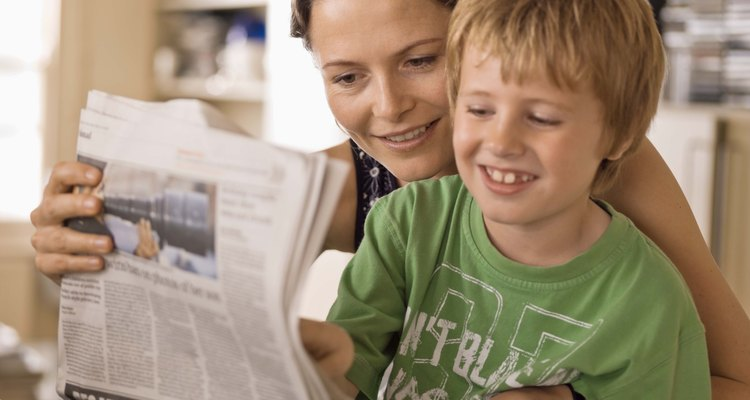 Madre e hijo leyendo el periódico.