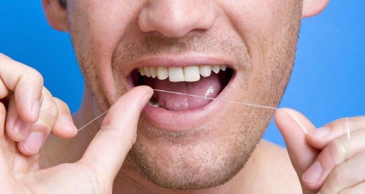 Passe fio dental para limpar os dentes