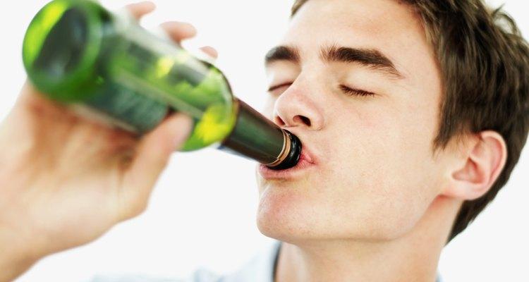 El consumo excesivo de alcohol por menores de edad puede causar daños cerebrales, obesidad, pérdida de memoria y deterioro cerebral, según EmpoweringParents.com.
