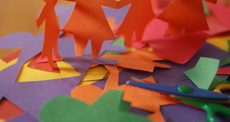 Bonecas de papel é uma meneira divertida de decorar o quarto da sua filha