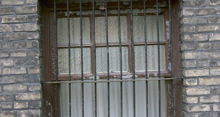 Los protectores de ventanas se parecen a las barras de seguridad, pero no pueden usarse de manera intercambiable.