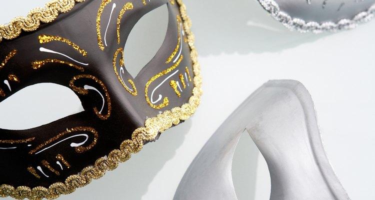 Use tinta e glitter para decorar sua máscara