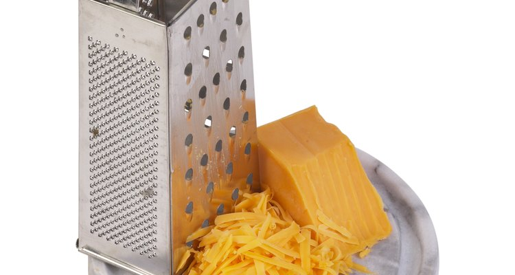Derrite tu propio queso cheddar en casa para una salsa extra cremosa.