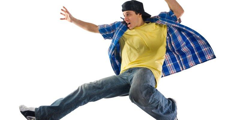 Las manchas amarillas de los jeans los hacen ver sucios y gastados.