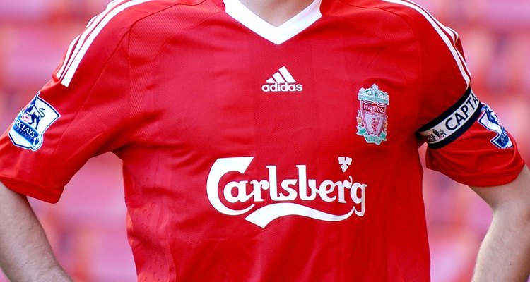 Steven Gerrard é o meio-campista destacado do Liverpool FC
