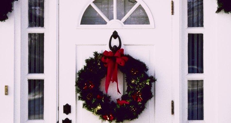 Porta da frente decorada com guirlanda e festão tradicional