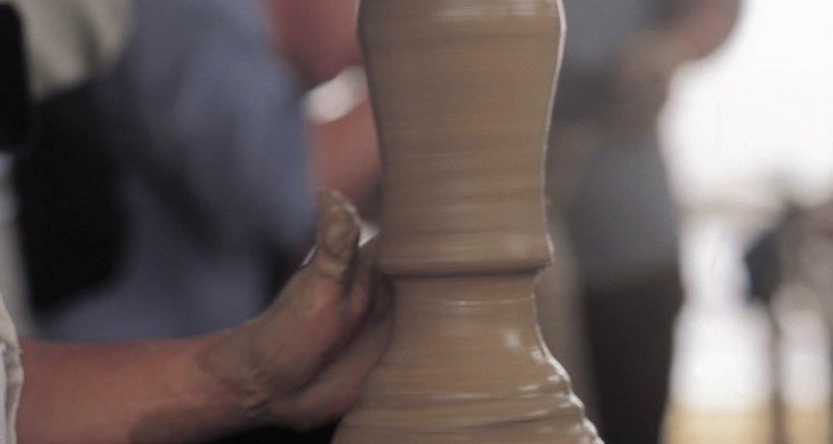 Faculdade e centros comunitários geralmente oferecem aulas de cerâmica e argila