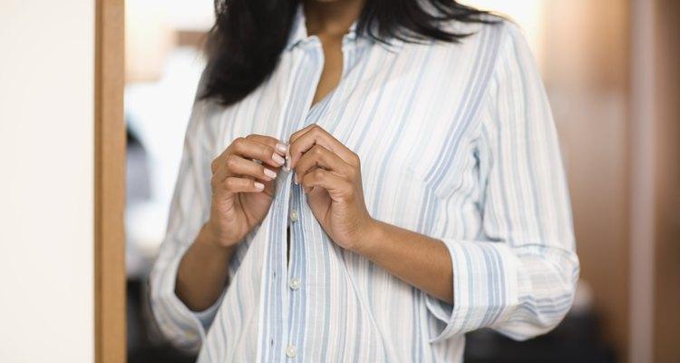 Opta por camisetas ajustadas que se ensanchan alrededor de la línea de la cintura.